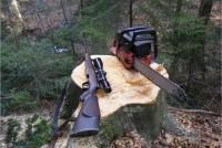 Gewehr und Motorsäge